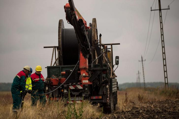 Az E.ON szakemberei Dévaványa és Túrkeve között a föld alá helyezik elektromos kábelhálózatukat.