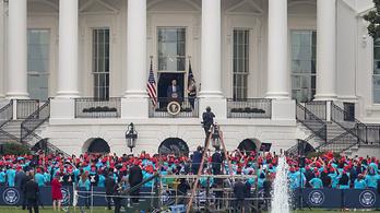 Az elnöki vitát törölték, minden más rendezvényt sorra szervez Donald Trump