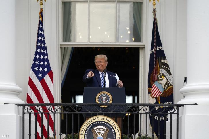 Donald Trump amerikai elnök köszöntötte a támogatóit a washingtoni Fehér Ház erkélyéről még 2020. október 6-án