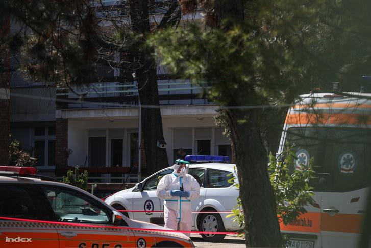 Az Országos Mentőszolgálat védőruhába öltözött munkatársa a fővárosi önkormányzat Pesti úti idősotthonában