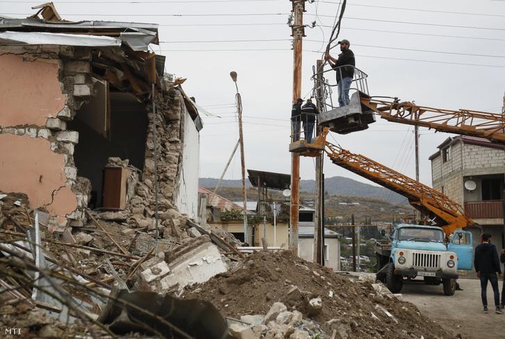 Az azeri tüzérségi támadás során megrongálódott villanyvezetékeket szerelik a vitatott hovatartozású Hegyi-Karabah fővárosában, Sztepanakertben 2020. október 10-én