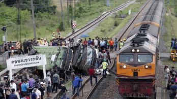 Tehervonat rohant a zarándokokat szállító buszba Thaiföldön, 17 ember meghalt