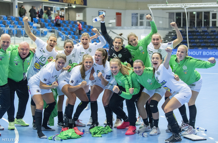 Az FTC játékosai ünnepelnek, miután 24-21-re győztek az Esbjerg ellen a női kézilabda Bajnokok Ligája negyedik fordulójában, az A csoportban játszott FTC-Rail Cargo Hungaria – Team Esbjerg mérkőzésen Esbjergben 2020. október 11-én.