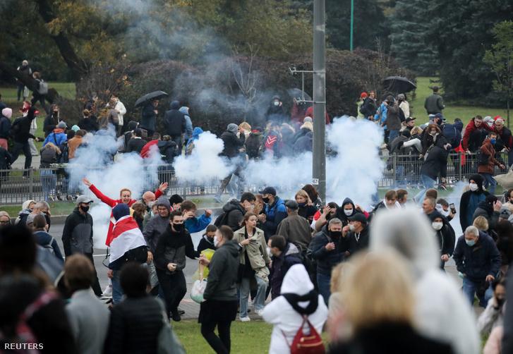 Tüntetőket oszlatnak Minszkben 2020. október 11-én.