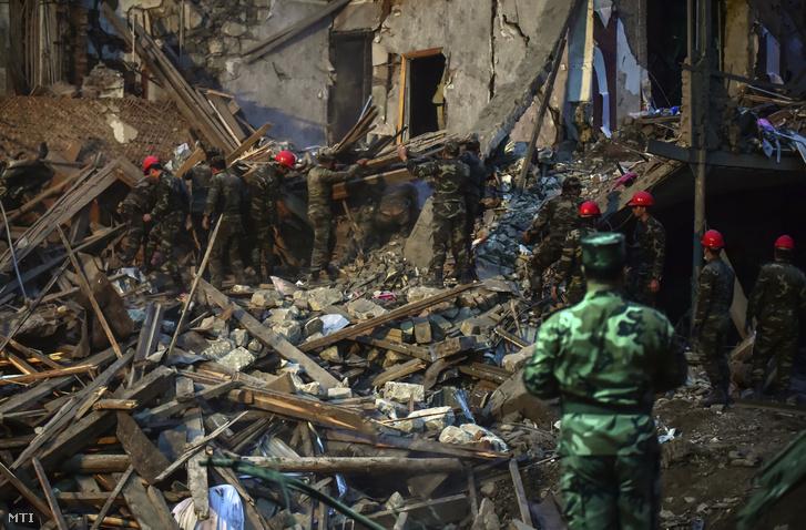 Túlélők után kutatnak katonák és tűzoltók az örmény tüzérségi támadás során összedőlt egyik épület romjai között Azerbajdzsán második legnagyobb városában, Gandzsában 2020. október 11-én, egy nappal azután, hogy Örményország és Azerbajdzsán tűzszünetben állapodott meg a vitatott hovatartozású Hegyi-Karabah területén. A támadásban legkevesebb hét ember életét vesztette, és több mint harmincan megsebesültek.