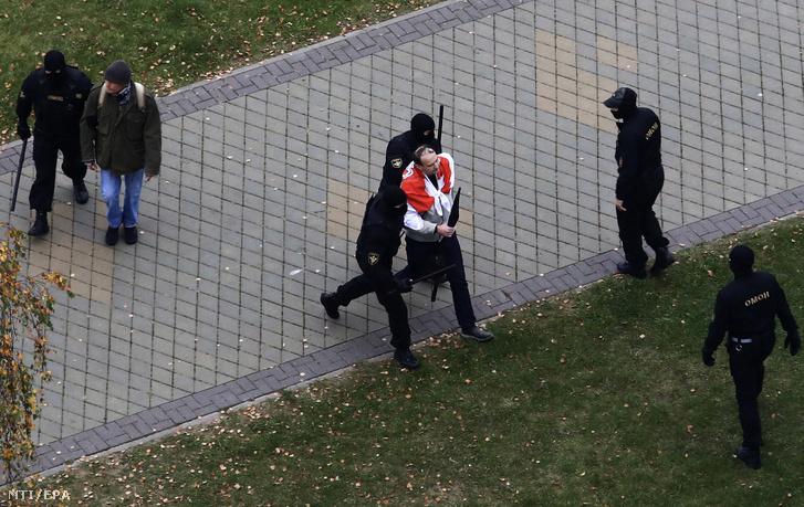Az elnökválasztás eredménye ellen tiltakozó tüntetõk egyikét veszik õrizetbe rendõrök Minszkben 2020. október 11-én. Az augusztus 9-i elnökválasztás tüntetéshullámot váltott ki Fehéroroszországban mert a tiltakozók szerint Aljakszander Lukasenka fehérorosz elnök csalással gyõzött.