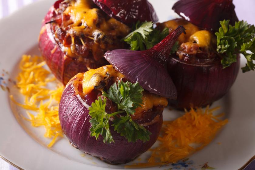 Darált hússal töltött lila hagyma sok sajttal a tetején: ínyenc vacsora vagy előétel