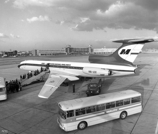 A MALÉV legújabb utasszállító repülőgépe, a korszerű 3 sugárhajtóműves, középtávú repülésre alkalmas TU-154-es a Ferihegyi repülőtéren 1973-ban.