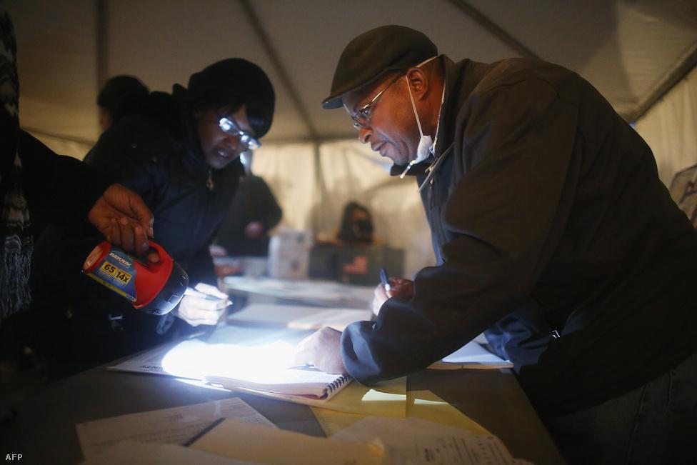 New York Queens kerületében is a vihar pusztítása dominált. Sátrakban, elemlámpák fényénél szavaztak.