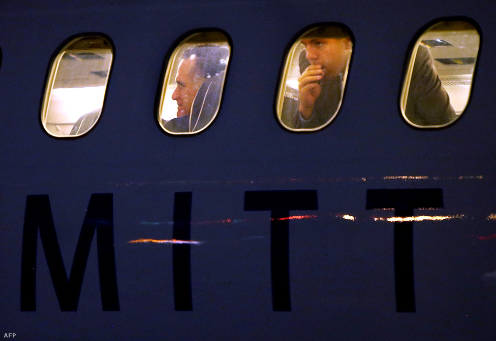 Mitt Romney repül.