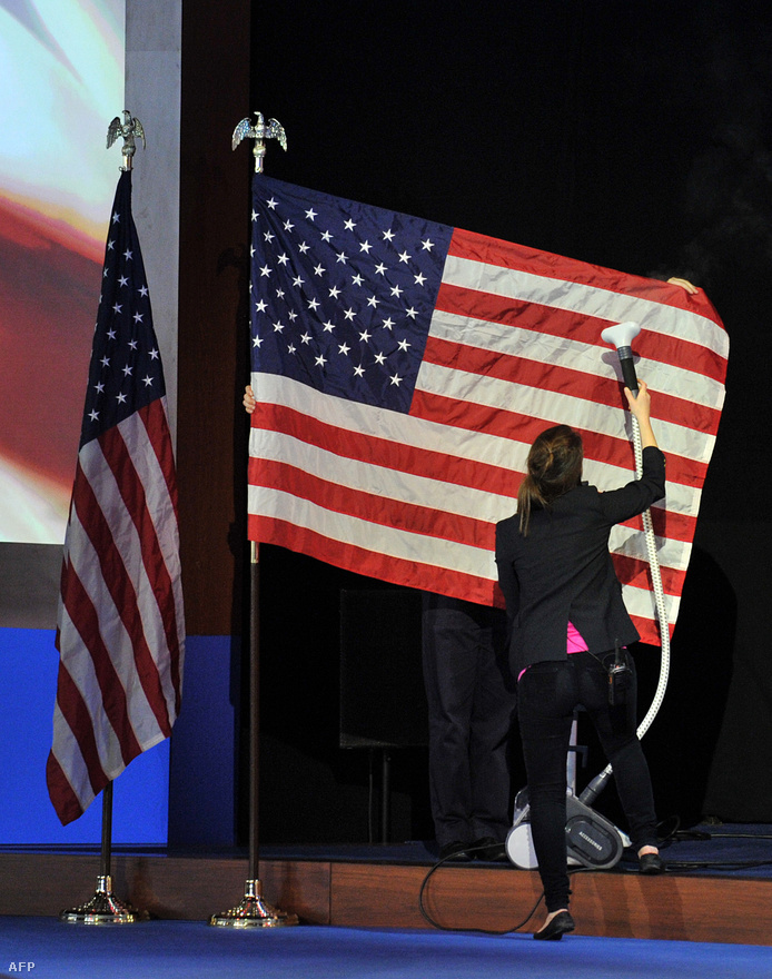 Mitt Romney bostoni nagygyűlésének díszletét készítik elő. Romney korábban azt közölte, csak győzelmi szózatot írt, de végül egy vereséget beismerő beszéd lett belőle.