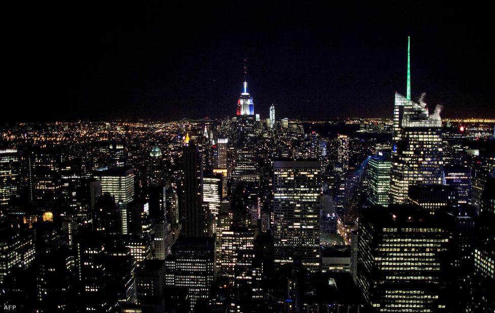 New York újra fényben úszik a Sandy után. Az Empire State Buildinget (a kép közepén) a választás miatt kék-piros színekkel világították ki.
