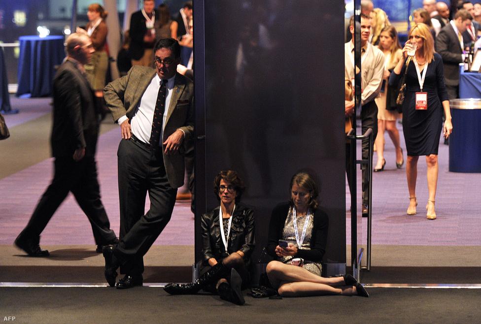 A várakozásban elfáradt Romney-fanok Bostonban.