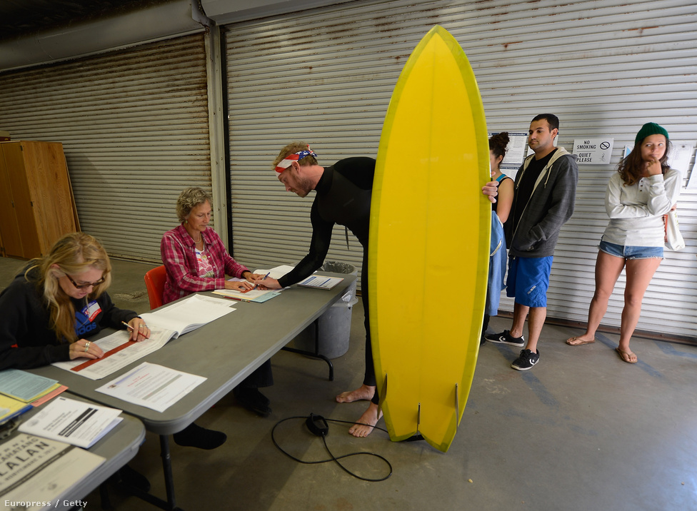A Los Angeles-i életmentők központjában is lehetett szavazni. A szörfös úriembernek 37 népszavazási kérdésre is válaszolnia kellett.