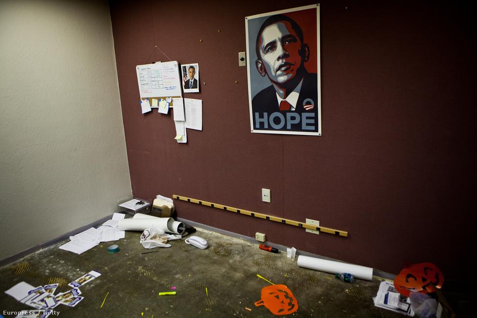 Már ki is ürítették Obama kampányközpontját. A falon Shepard Fairey híres alkotása, a Hope-poszter (2008).