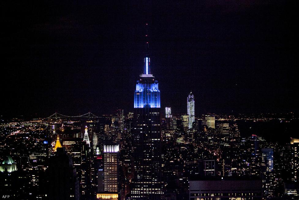 Az ígéreteknek megfelelően a Demokrata Párt kék színe dominált a New York-i Empire State Buildingen Obama győzelme után.