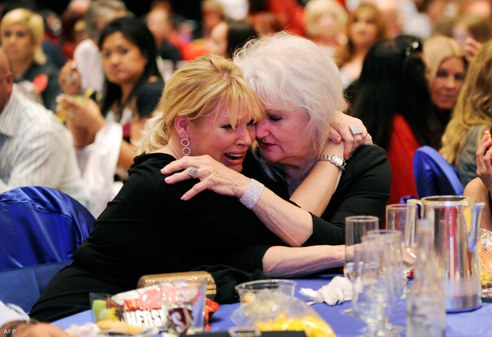 Anya és lánya együtt zokog a Las Vegas-i éjszakában. Mitt Romney, a republikánusok reménysége vesztett.