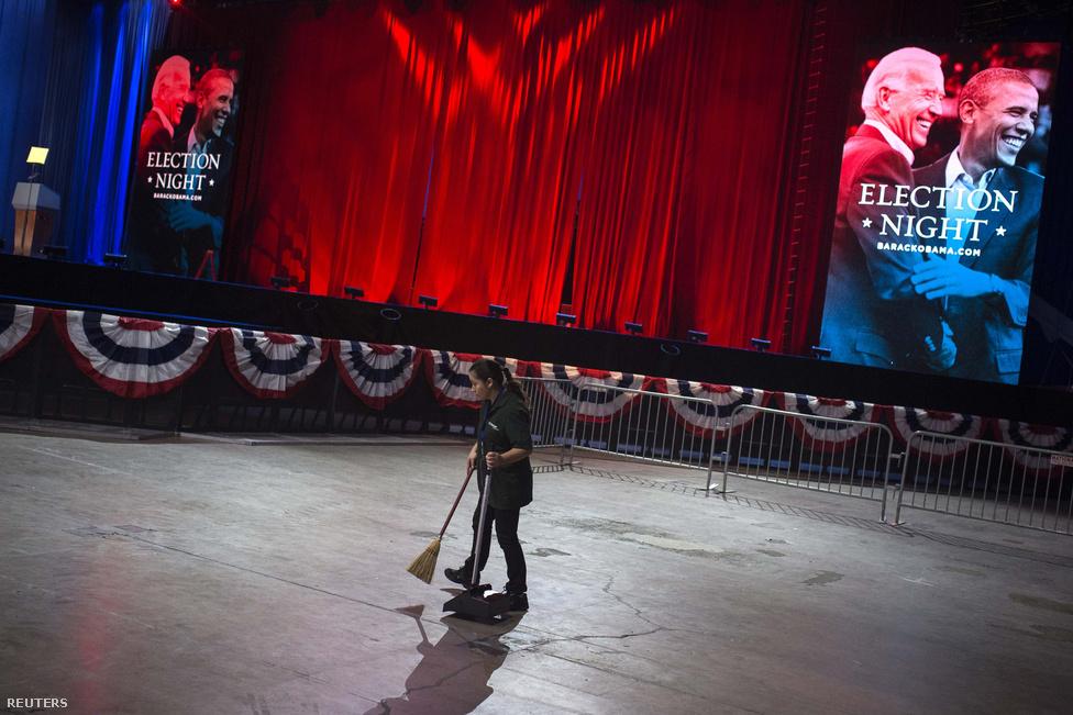 Takarítják a McCorimick Place-t Chicagóban, Obama győzelmi beszéde előtt.
