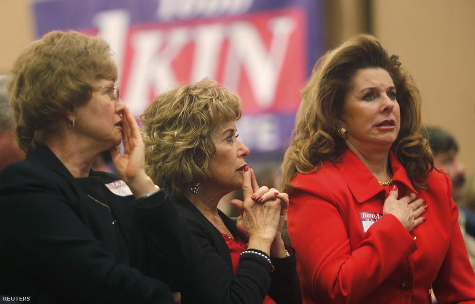 Todd Akin szenátorjelölt támogatói nem örülnek, Akin kikapott Missouriban.