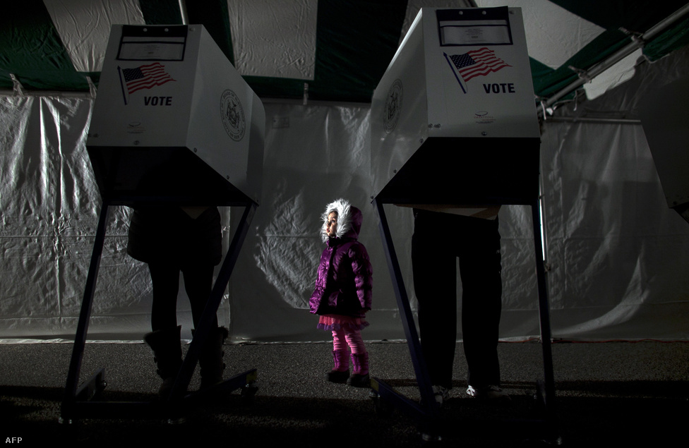 New York Staten Island kerülete még mindig a Sandy hurrikán okozta sokkban van, de a szavazást itt is megtartották. A Midland Beach-i városrészben sátrakat vertek fel szavazókörnek.
