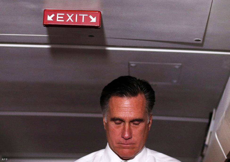 Romney sajtótájékoztatót tart Boston felé utazva.