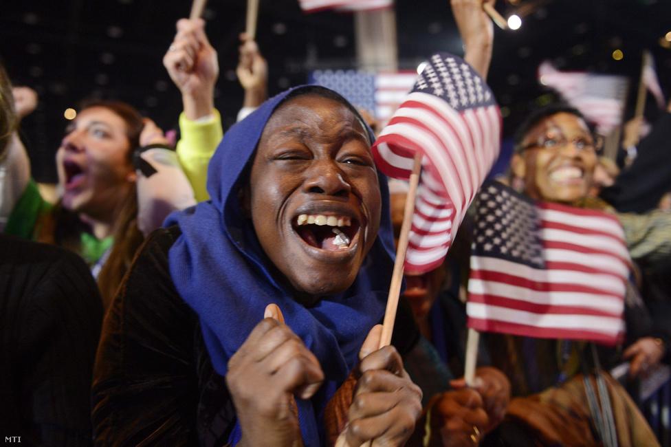 Barack Obama újabb négy évig lesz az Egyesült Államok elnöke - derült ki magyar idő szerint hajnalban. Chicagóban kitört az ünneplés.