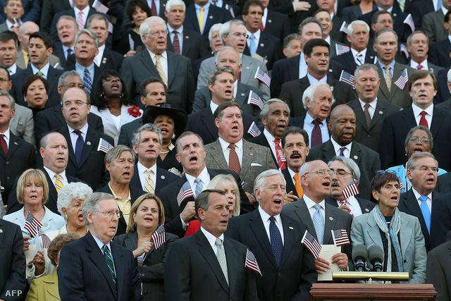Az amerikai kongresszus tagjai énekelnek egy szeptember 11-i megemlékezésen