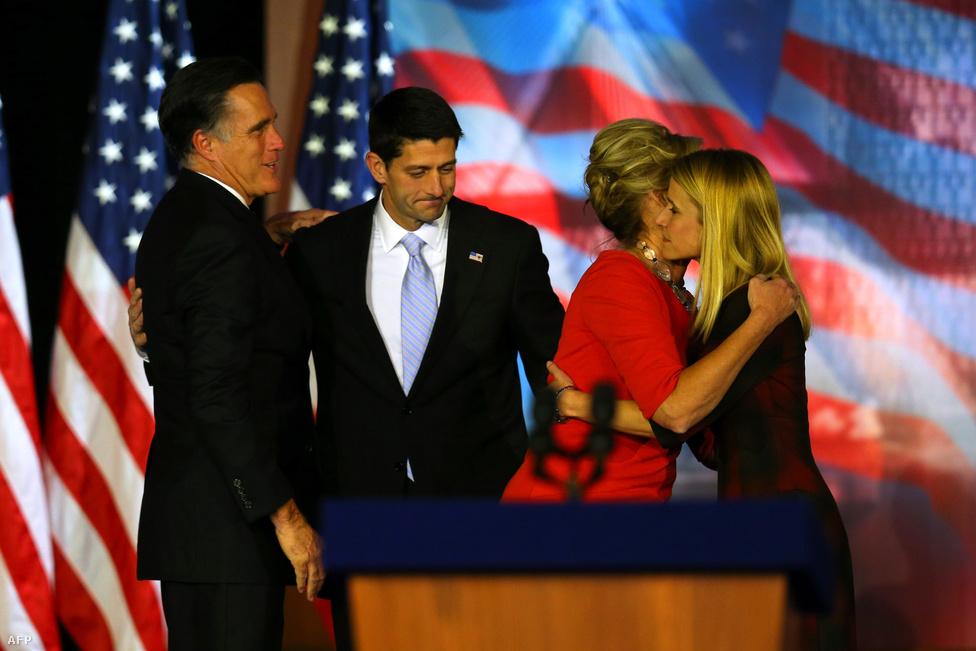 Mitt Romney és alelnökjelöltje, Paul Ryan a bostoni választási gyűlésen. Feleségeik, Ann Romney és Janna Ryan búsan ölelkeznek.