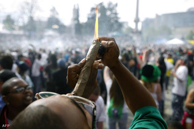 Óriásbluntra gyújt egy tüntető pontban 4 óra 20 perckor Denver, Colorado főterén, ahol még áprilisban tüntettek a marihuánafogyasztás dekriminalizálása mellett