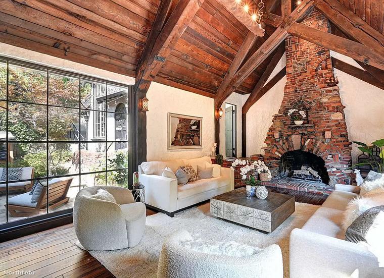 Charli XCX Tudor-stílusú lakásának impozáns, faburkolatú mennyezete alatt  sem árválkodik egyetlen könyvespolc