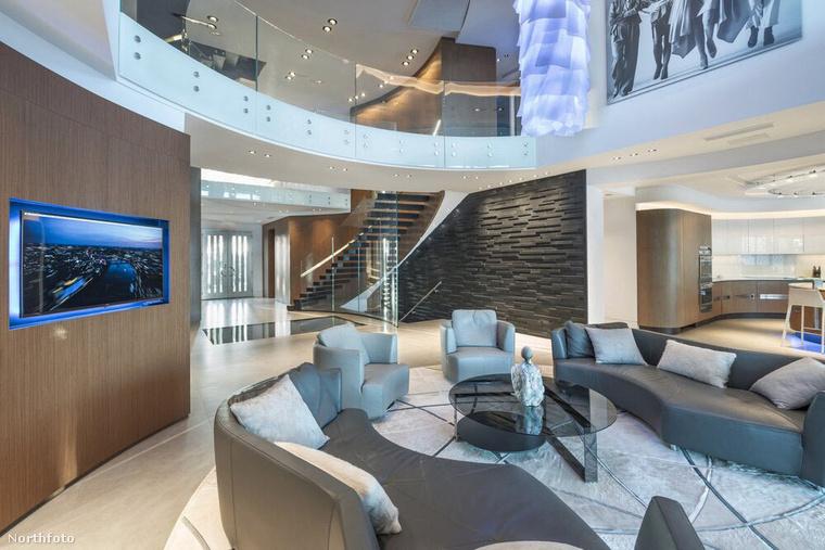 Sok sztárnak megmutattuk már az otthonát, most például épp Gisele Bundchenét látja, aki  7,5 millió dollárért, vagyis 2,2 milliárdért árulja ezt az 5 hálószobás, 2015-ben épült villát