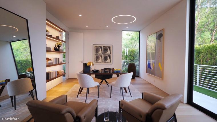 Az egyik szoba  egyik alsó porcán ugyanis könyveket találhatnak a lelkes könyvmolyok