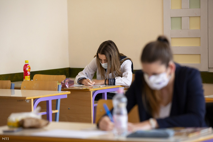 Védőmaszkot viselő diákok a történelem írásbeli érettségi vizsgán a Nagykanizsai Zsigmondy Vilmos Szakképző Iskolában 2020. május 6-án