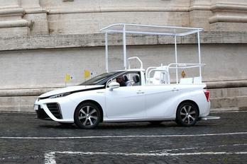 Hidrogénhajtású autót kapott Ferenc pápa