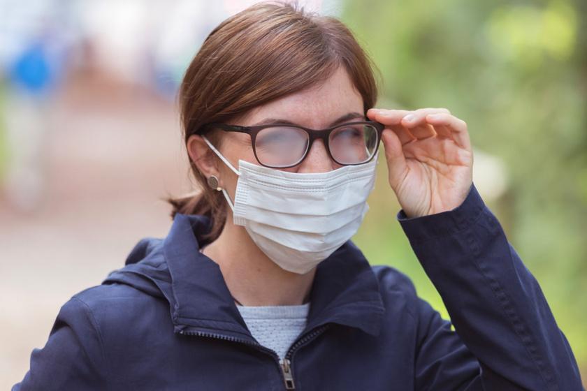 Így nem párásodik majd be a szemüveg a maszktól: 5 egyszerű trükk, amivel elkerülheted a zavaró problémát