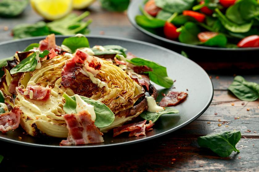 Tepsiben olívaolajjal sütve ízletes, ropogós és fűszeres káposztasteaket készíthetsz. Felturbózhatod egy kevés baconnel, a fokhagyma allicintartalmának köszönhetően véd a megfázástól, a spenót pedig többek között magnéziumban gazdag, szívvédő tulajdonságú.