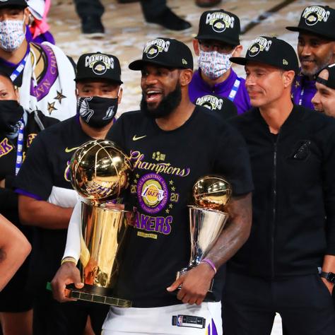 LeBron James tartja kezében a Larry O'Brien- és a Bill Russell-trófeát