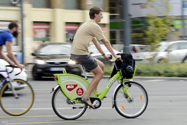 Egy kerékpáros MOL Bubi biciklin a fővárosban az Erzsébet téren 2014. szeptember 8-án