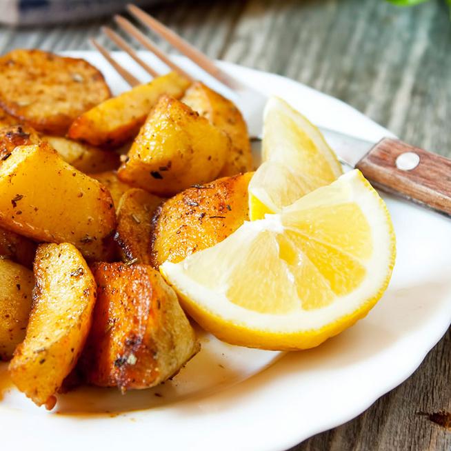 Így készül a görög sült krumpli - Citromos szószban sül puhára