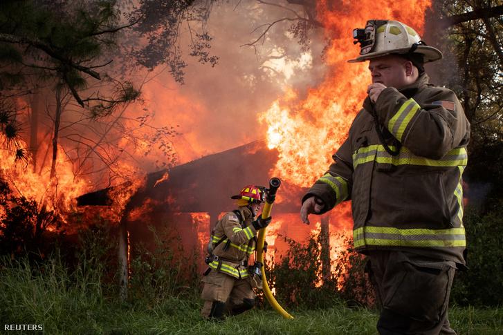 Delta hurrikán után keletkezett tűzhöz riasztott tűzoltók Lafayette Louisianában, az Amerikai Egyesült Államokban 2020. október 11-én