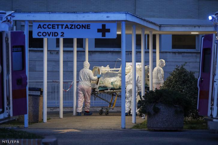 Biológiai szigetelősátorban érkezik egy beteg a római Gemelli kórház Columbus egységébe 2020. március 16-án.