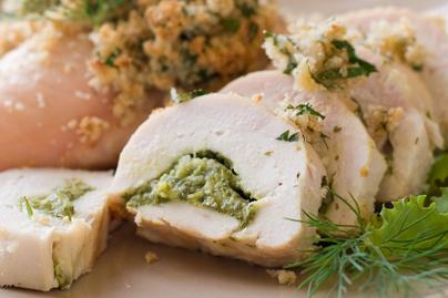 Pestóval töltött göngyölt csirkemell - Elképesztően puha lesz tőle a hús