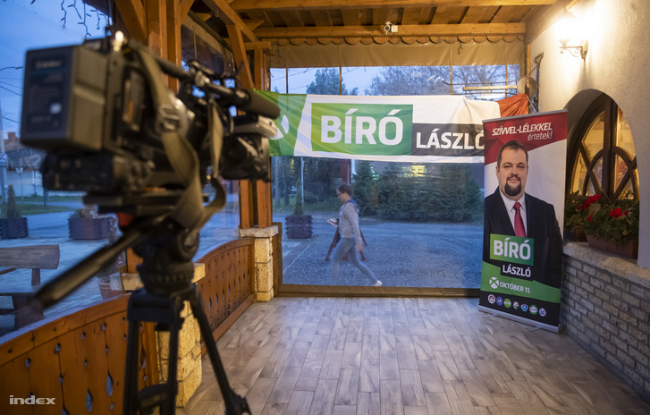 Bíró László bejelentkezéséhez előkészített helyiség a borsodi időközi választáson