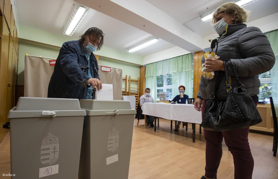 Szavazók az október 11-i időközi borsodi választáson