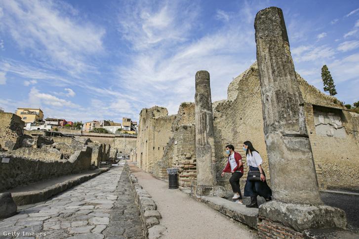 Pompej városának romjai között sétáló turisták 2020. június 2-án