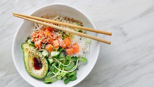 Az avokádó és a lazac remek páros, ebben a salátában próbáld ki!