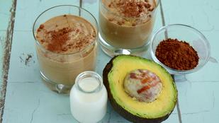 Reggeli csokis avokádósmoothie – kávéval még finomabb!