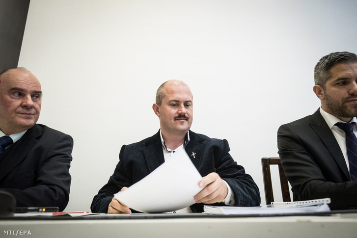 Marian Kotleba (középen) 2019. április 9-én a pozsonyi legfelsőbb bíróság előtt
