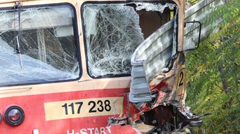 Pótkocsis teherautóval ütközött és kisiklott egy vonat Tiszaalpáron