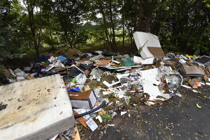 Illegálisan lerakott hulladék a Tisztítsuk meg az országot! programban a Hulladék Radar applikációra érkezett bejelentések alapján indult illegálishulladék-felszámolásról tartott sajtótájékoztató helyszínén, Csömör határában 2020. október 1-jén.